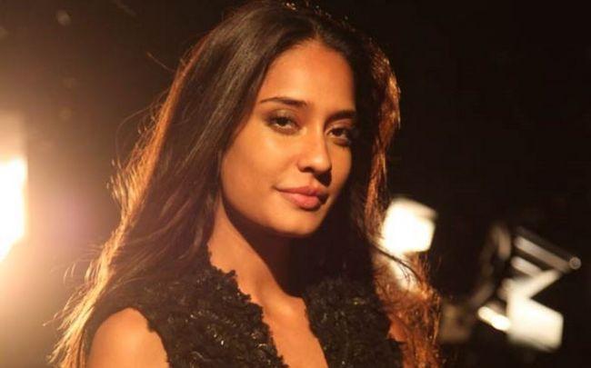 Lisa Haydon restaura hacia adelante Tweet Kamaal R Khan no apropiado